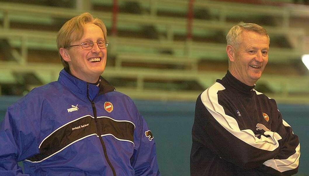 <b>KANDIDATER?</b> Bård Flovik (t.v.) skal være i dialog med Tromsø, mens Terje Skarsfjord også er trukket fram som mulig hovedtrener for ishavsklubben. Her er de to sammen på en Tromsø-trening i 2001. Foto: TRULS BREKKE/DAGBLADET
