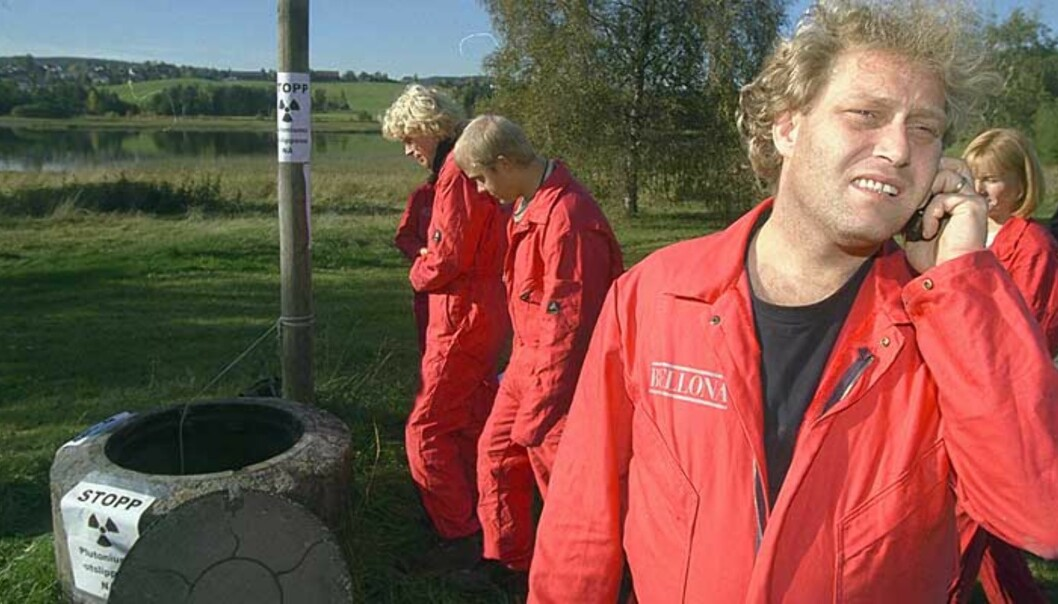<strong><b>STENG REAKTOREN NÅ:</strong></b> I oktober 1999 aksjonerte Bellona mot Kjeller-reaktoren på grunn av plutoniumutslipp. Nå krever miljøorganisasjonen at anlegget stenges, for godt. Foto: Bjørn Langsem/Dagbladet