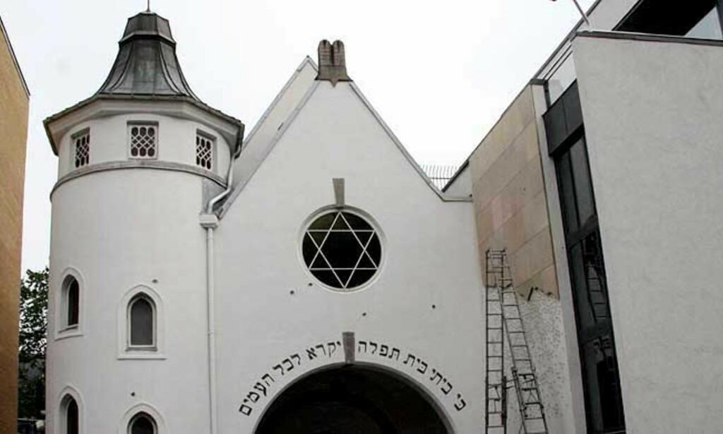 PEPRET FASADEN: Med en lang salve fra et automatvåpen skal en eller flere av de fire mennene ha skutt mot fasaden på synagogen i Oslo. Nå er de terrorsiktet. Foto: SCANPIX