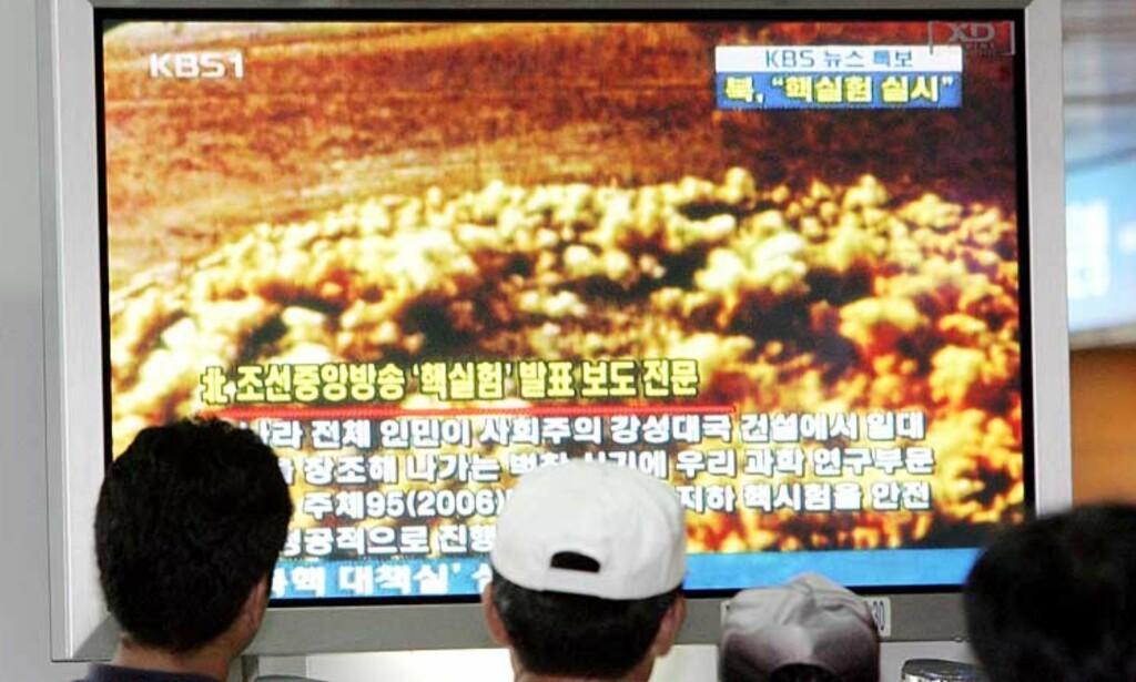 SJOKKERTE: Sør-Koreanere mottok nyhtene i dag morges. Tv-sendingen viser en annen prøvespreninging, og ikke den nord-koreanske prøvespreningningen, slik det tidligere ble oppgitt i dag. Foto: AP/Scanpix