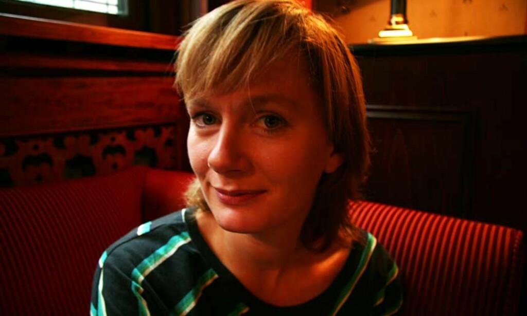 UFRI: Hovedpersonen i Marit Eikemos debutroman må innse at en del ting har blitt for seint. - Hun bor i et land med mange muligheter, men plutselig er de ikke der lenger. Forholdet med den fine kjæresten er slutt og Regine har en tilsynelatende ubegrenset frihet, men føler seg likevel ufri, sier Eikemo. Foto: MARIA BØRJA