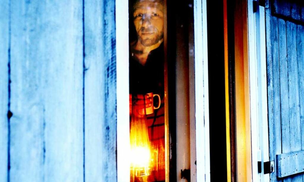 IRONIENS THOREAU: Som den amerikanske forfatteren Henry David Thoreau i boka «Walden», forteller Bjørn Gabrielsen i «Veien ut» om sitt år uten innlagt vann og strøm  i en hytte i skogen. Foto: LINDA NÆSFELDT