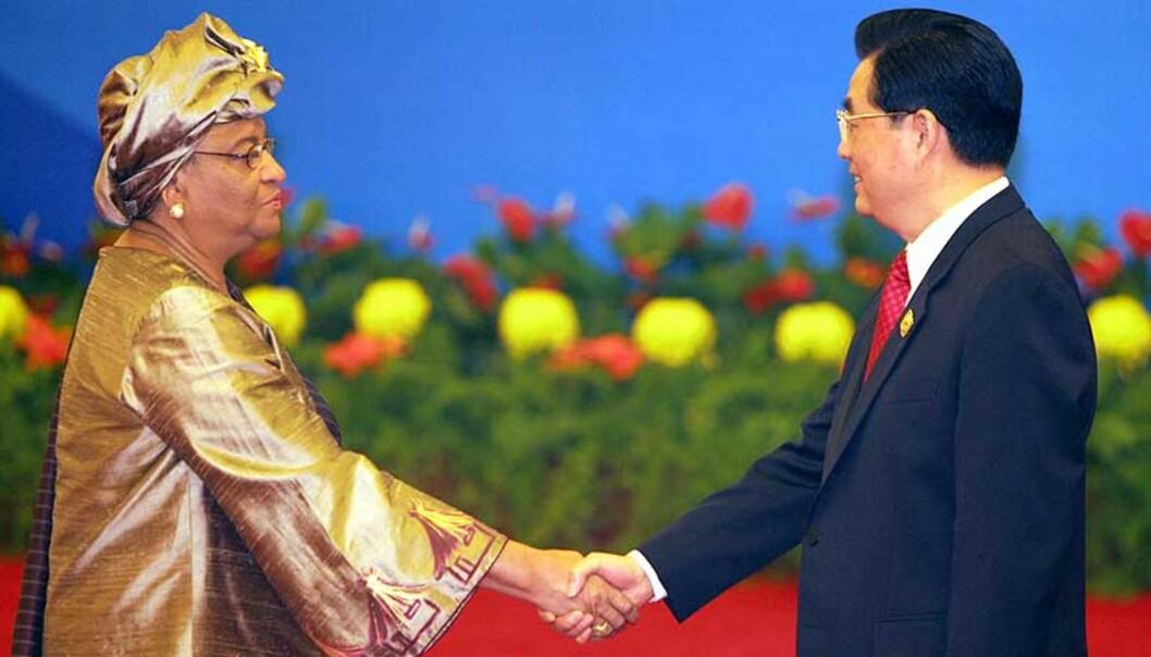 <b>LOVER 30 MILLIARDER:</b> Liberias president Ellen Johnson hilser på hilser på Kinas president Hu Jintao ved innledningen til det kinesisk-afrikanske toppmøtet i Beijing fredag. Foto: AP