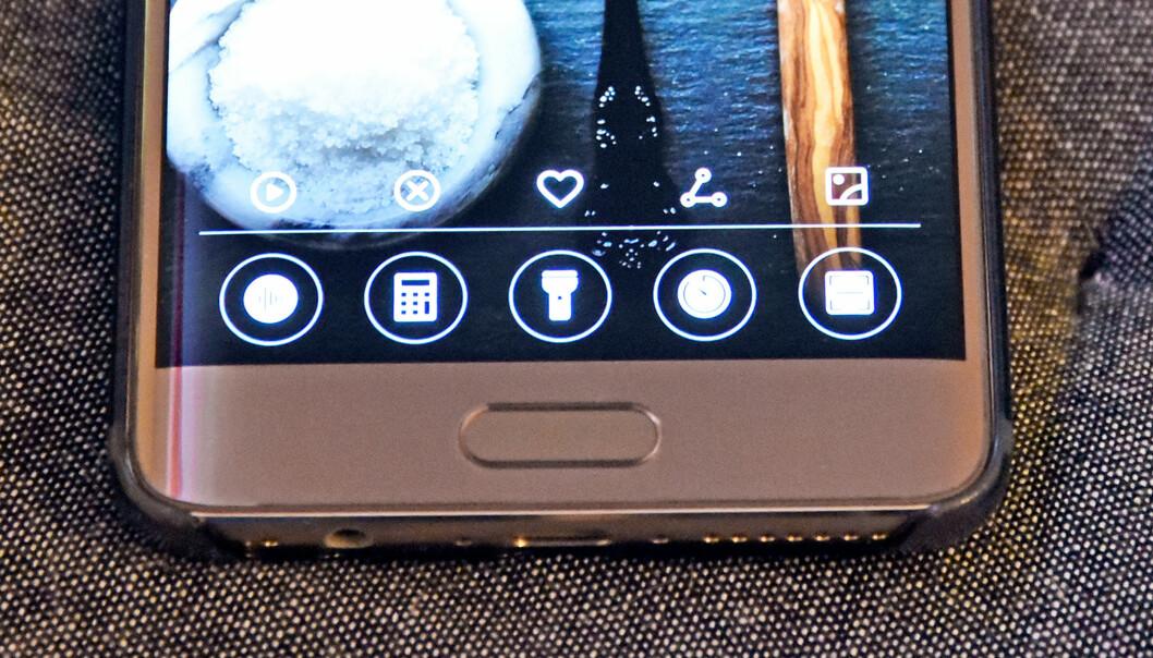 <strong>SVEIP OPP:</strong> Fra låst skjerm finner du noen kjekke snarveier om du sveiper opp fra bunnen av skjermen. Foto: Pål Joakim Pollen