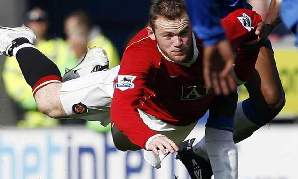 AVHØRES: Wayne Rooney må forklare seg for politiet etter at han er anklaget for å ha flydd på en fotograf. Hendelsen skal ha funnet sted utenfor en nattklubb i Manchester på morgenkvisten etter denne kampen mot Wigan. Foto: Reuters/Scanpix