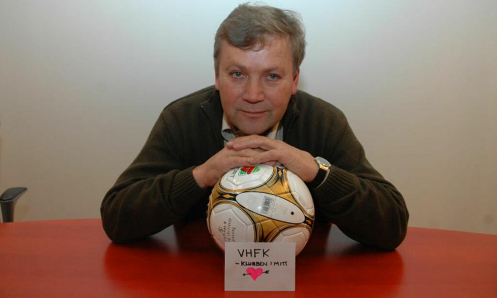 MED HJERTE I VHFK: Oddvind Håland ga i helga Valestrand Hjellvik 500 000 kroner. Foto: ANDRÉ LEKNESSUND WIK / BYGDANYTT