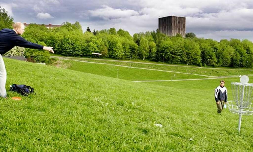 POPULÆR SPORT: Torleif Skaland og Magne Valen-Senstad spiller frisbeegolf på anlegget til Muselunden på Sinsen i Oslo. Arkivfoto: SIV SEGLEM
