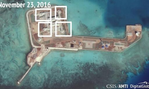 NYE KONSTRUKSJONER: Satelittbilder tatt av CSIS Asia Maritime Transparency Initiative viser angivelig luftvernmissiler nærforsvarssystemer (CIWS) på den kunstige øya Hughes Reef i Sør-Kinahavet. Bildet ble tatt i slutten av november, men ble først frigitt 13. desember. Foto: CSIS/AMTI / NTB Scanpix