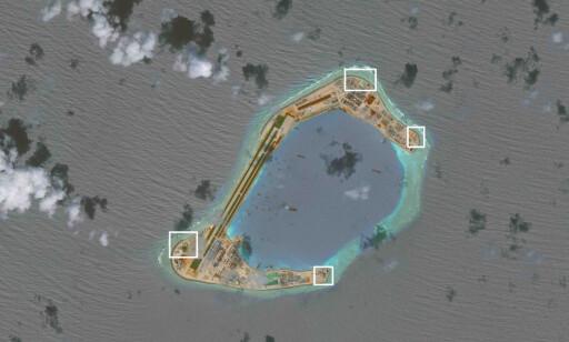 NYE KONSTRUKSJONER: Satelittbilder tatt av CSIS Asia Maritime Transparency Initiative viser angivelig luftvernmissiler nærforsvarssystemer (CIWS) på den kunstige øya Subi Reef i Sør-Kinahavet. Bildet ble tatt i slutten av november, men ble først frigitt 13. desember. Foto: CSIS/AMTI / NTB Scanpix