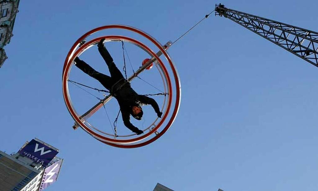 HENGER HØYT: Magikeren David Blaine skal henge 12 meter over bakken. Foto: Reuters/Scanpix