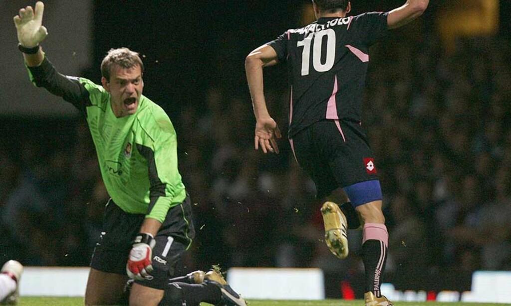 TØFF TID: Roy Carroll har lagt seg inn på rehabilitering og får støtte av West Ham-manager Alan Pardew. Foto: Scanpix/Ap