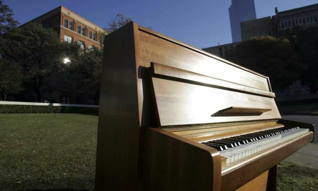 image: George Michael prediker verdensfred med «Imagine»-pianoet