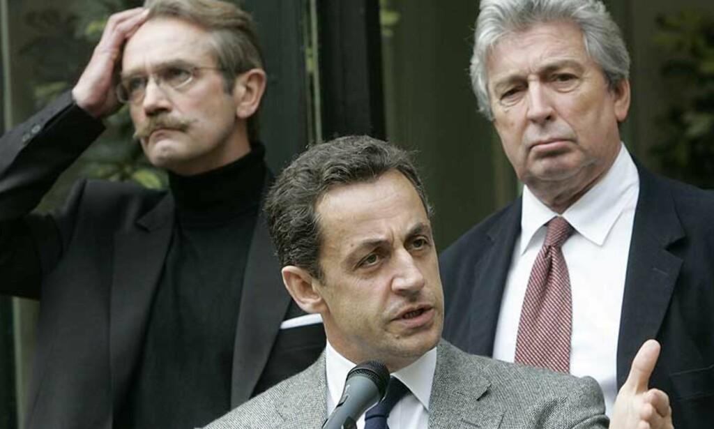 LEI: Frankrikes innenriksminister Nicolas Sarkozy vil ha slutt på nazihilsener, apelyder og rasisme på fotballtribunene. Sarkozy sa dette i en tale etter et møte med PSGs president Alain Cayzac(t.h.) og sjefen for det franske fotballforbundet Frederic Thiriez(t.v.). Foto: AP