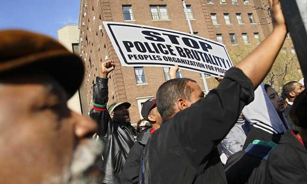 KREVER AVGANG: Demonstranter roper på rettferdighet og politisjefens avgang etter at 23 år gamle Sean Bell ble drept da han kom ut fra en strippeklubb i New York. Foto: AP/Scanpix