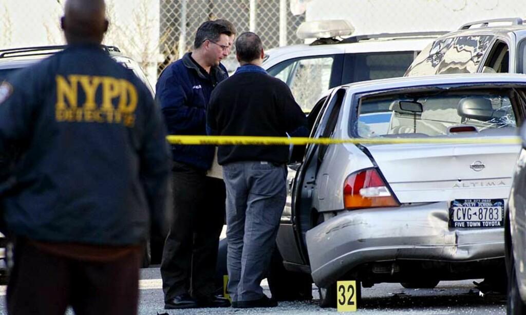 UBEVÆPNET: Politiet har ikke funnet noe våpen som kan knyttes til de tre mennene som lørdag ble pepret med pistolskudd av fem sivilkledde politifolk. Foto: SCANPIX/AP
