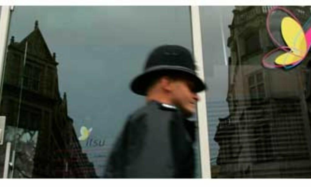 image: Tre personer sjekkes for stråling