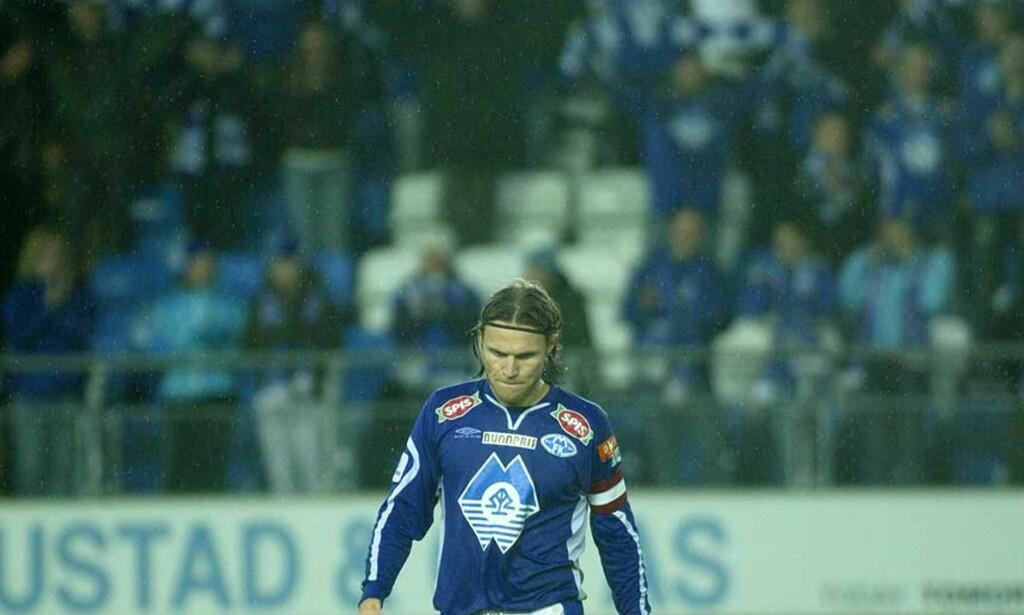 SKAL RYKKE OPP: Daniel Berg Hestad tuslet slukkøret av banen etter siste hjemmekamp mot Sandefjord, som endte med 2-3-tap. Nå satser moldenserne på direkte opprykk til Tippeligaen, med Kjell Jonevret som ny trener. Foto: Dagbladet