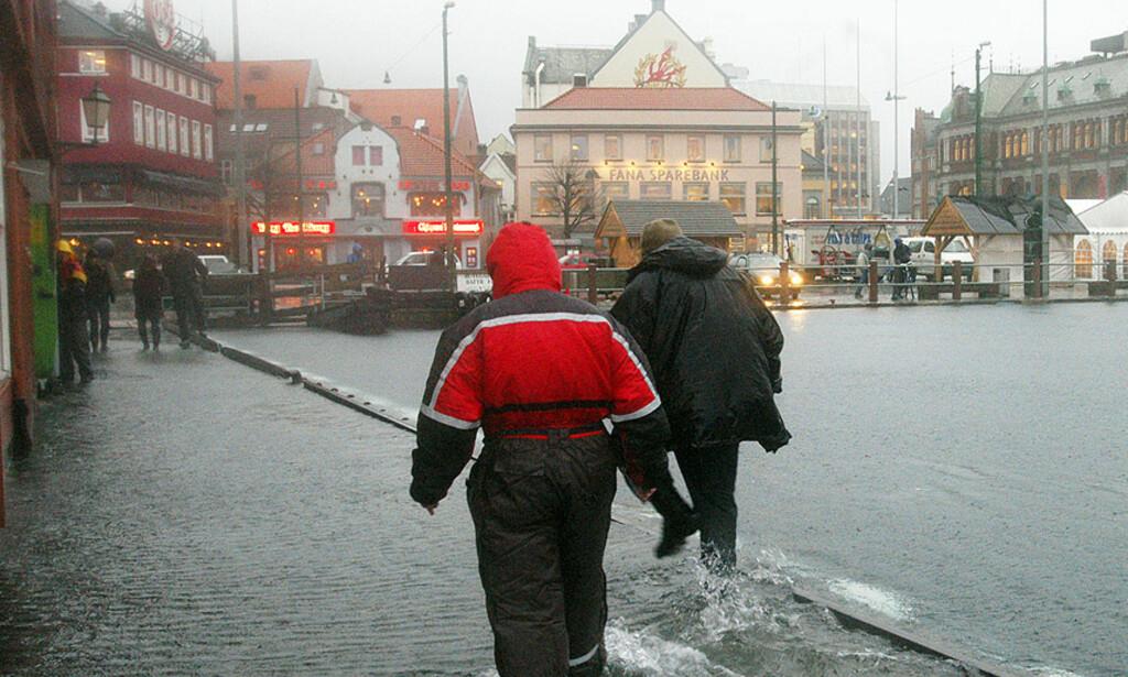 BERGEN 12. JANUAR 2005:  Stormværet Inga feide inn over Vestlandet og la Bryggen og Fisketorget under vann. Arkivfoto: Marit Hommedal, Scanpix.