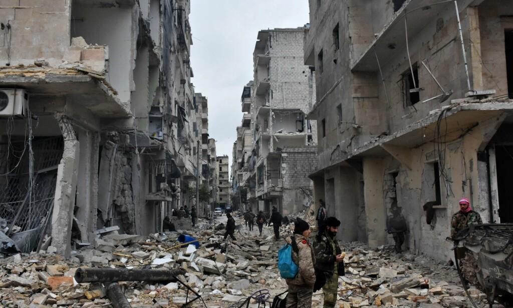 VARSLER UTRENSKING: Slik ser deler av den syriske byen Aleppo ut etter uker med harde kamper for å drive opprørerne ut av den strategisk viktige byen. Snart seks år inn i den syriske borgerkrigen har russerne vært sentrale i å hjelpe Assad med å ta tilbake byen. Nå håper Putin at det er Russland som skal få til en avtale om en løsning, ikke USA. Foto: NTB Scanpix