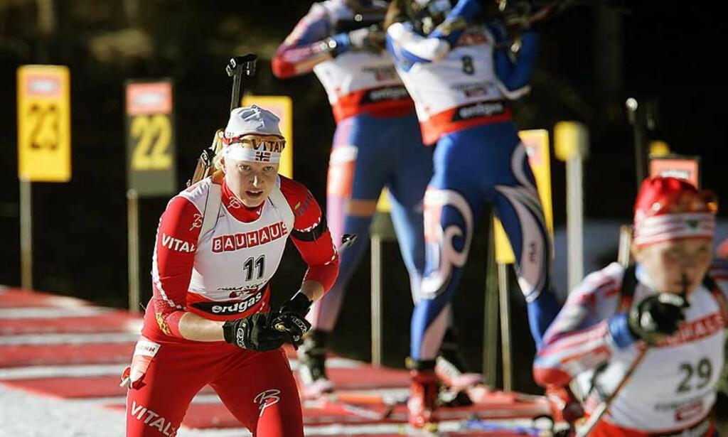 TILBAKE PÅ PALLEN: Linda Grubben endte nummer to i Hochfilzen i dag. Tyske Andrea Henkel vant. Foto:Scanpix
