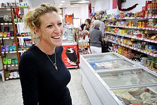 MAT FOR SKANDINAVER: Tania van der Schaaf driver Den norske butikken i Arguineguin, og har spesialvarer både for nordmenn - og andre skandinaver. Foto: Ole Petter Baugerød Stokke