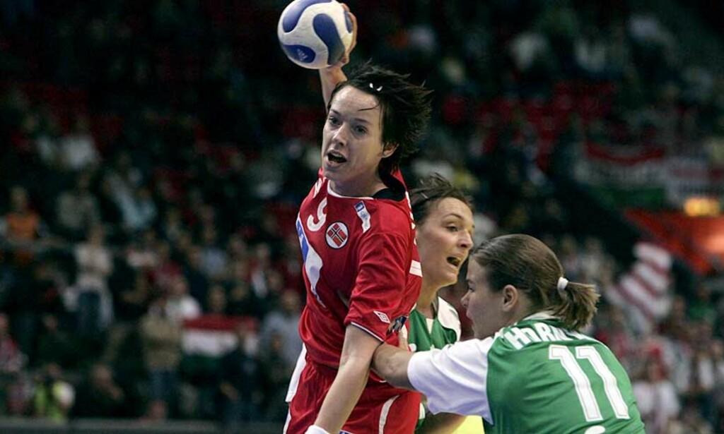 VIKTIG KAMP: Kristine Lunde og Norge måtte unngå seksmålstap mot Ungarn for å være sikret semifinaleplass i håndball-EM. Det klarte de med glans. Foto: GORM KALLESTAD/SCANPIX