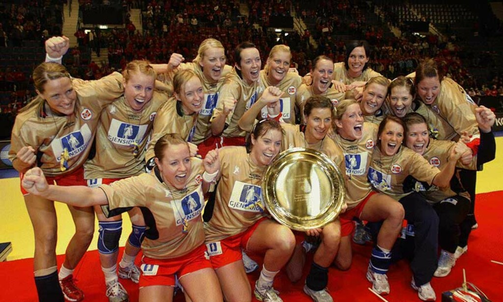 GULLFEST Jentene slapp jubelen løs og tok på seg gulltrøyer etter en fantastisk finalekamp mot Russland. Gullmedaljene fra de svenske arrangørene var på langt nær like fantastiske... Foto: AFP