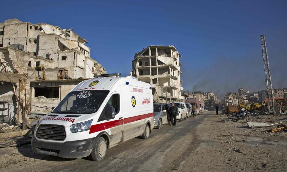 MOT REDNINGEN: Syriske skadde sivile ventet i morgentimene i dag på å bli evakuert fra Øst-Aleppo. Foto: Karam al-Masri/AFP/Scanpic NTB