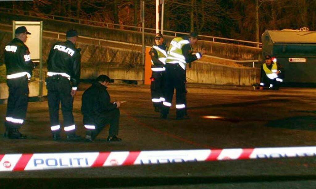 OMKOM PÅ STEDET: 81-åringen fikk store hodeskader og ble erklært død på stedet. Politiet foretok undersøkelser på ulykkesstedet for om mulig sikre seg bevismateriale. Foto: SCANPIX