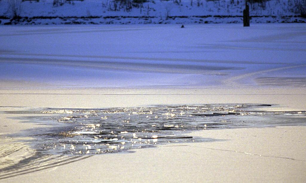 FARLIGE STRØMMER:  Bogstadvannet er et av mange vann der strømforholdene fra elv eller bekk avgjør hvor isen er trygg. Her fra en ulykke i 1998, der en skøytelløper gikk gjennom isen, men ble berget. Arkivfoto: Jon Terje H. Hansen