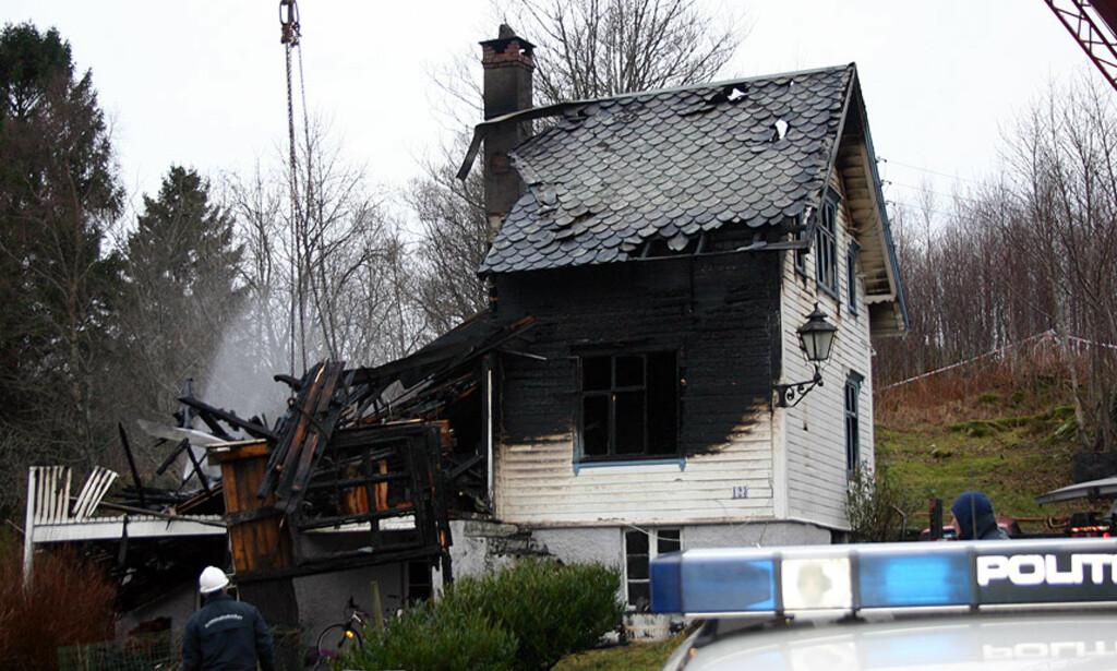 SISTE: EN SAVNET:  Savnet-tallene etter brannen i Blomsterdalen i Bergen har svinget i hele dag fordi det har vært uklart hvem som bor i huset - og fordi ingen som kunne ha vært der har svart på telefonen. I ettermiddag er alle sjekket ut av saken med unntak av en 52 år gammel mann som har fast adresse i huset. Han fryktes omkommet. Foto: Leif Stang.