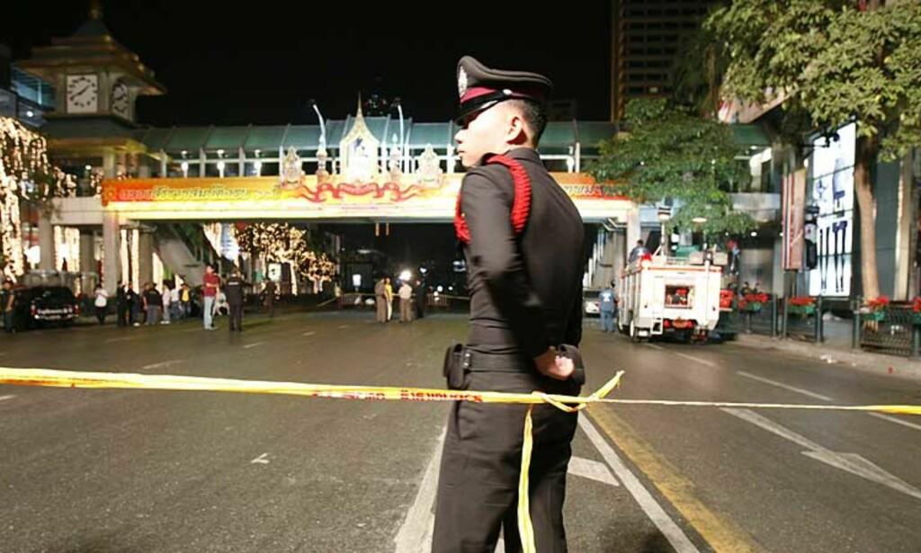 AVLYSTE NYTTÅRSFEIRINGEN: Soldater patruljerer gatene i Bangkok etter en serie bombeeksplosjoner i den thailandske hovedstaden nyttårsaften. Foto: REUTERS