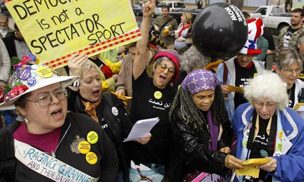 DEMONSTRERTE: (f.v)Mercy Van Vlack, Jenny Heinz, Marlena Santoyo, Sonia Sanchez og Betty Brassell synger ut sin misnøye med Bush-administrasjonens krig i Irak. Alle foto: SCANPIX