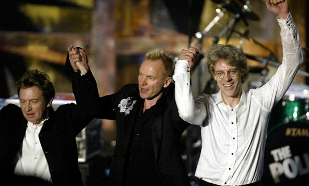 SAMMEN IGJEN: Her er The Police sammen da de ble innlemmet i Rock N\' Roll Hall Of Fame i 2003. I år spiller de sammen igjen. Fra venstre: Andy Summers, Sting og Stewart Copeland. Foto: REUTERS/SCANPIX