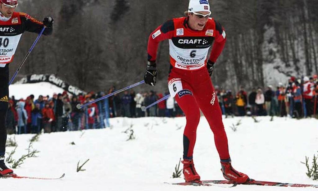 GIKK TIL TOPPS I GÅR: Simen Østensen mistet ledelsen i Tour de Ski etter dagens renn. Men det skiller ikke mange sekunder opp til lederen. Foto: Scanpix
