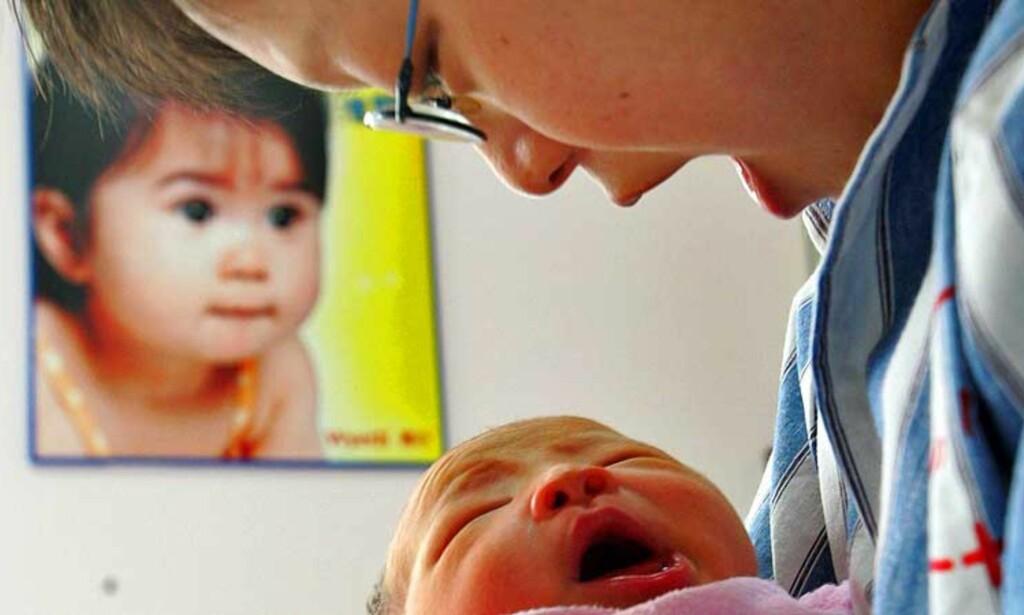 VIL GI BARNA EN FREMTID: I løpet av de ni første månedene av fjoråret var det flere enn 10 000 kinesiske kvinner fra fastlands-Kina, som valgte å føde i Hongkong. Årsaken er at de ønsker å gi barna sine en langt bedre fremtid enn det fastlandet kan tilby dem. Dette bildet viser Li Dongdong med sin nyfødte gutt på Zhongshan-sykehuset i Shanghai i fjor sommer. Foto: Reuters/Scanpix