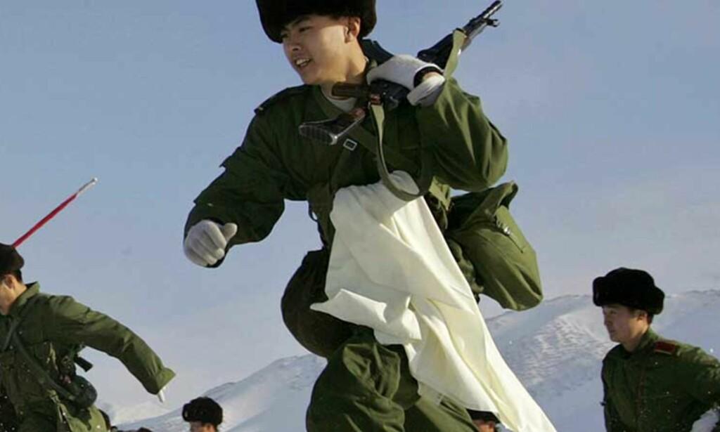 STYRKER: Soldater under en militærtrening 21.desember 2006. De skal styrke den militære kapasiteten i Urumchi, i Kinas nordvestlige region Xinjiang. Fredag ble 18 opprørere drept i Xinjiang. Foto: Reuters/Scanpix