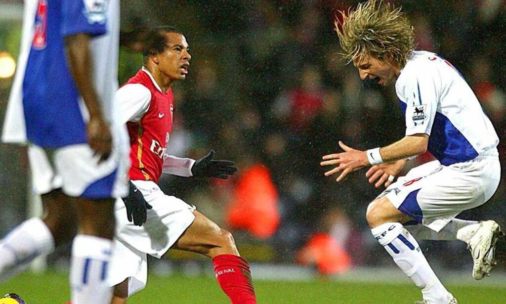 TA DEN: Gilberto Silva slenger et bein etter Robbie Savage, men om det forpinte ansiktsuttrykket til Blackburn-spilleren er berettiget kan mildest talt diskuteres. Foto: AP