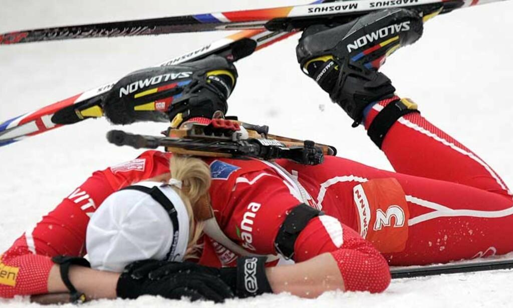 KOKTE: Linda Grubben brettet opp ermene og la seg i snøen etter målpassering. Foto: Scanpix