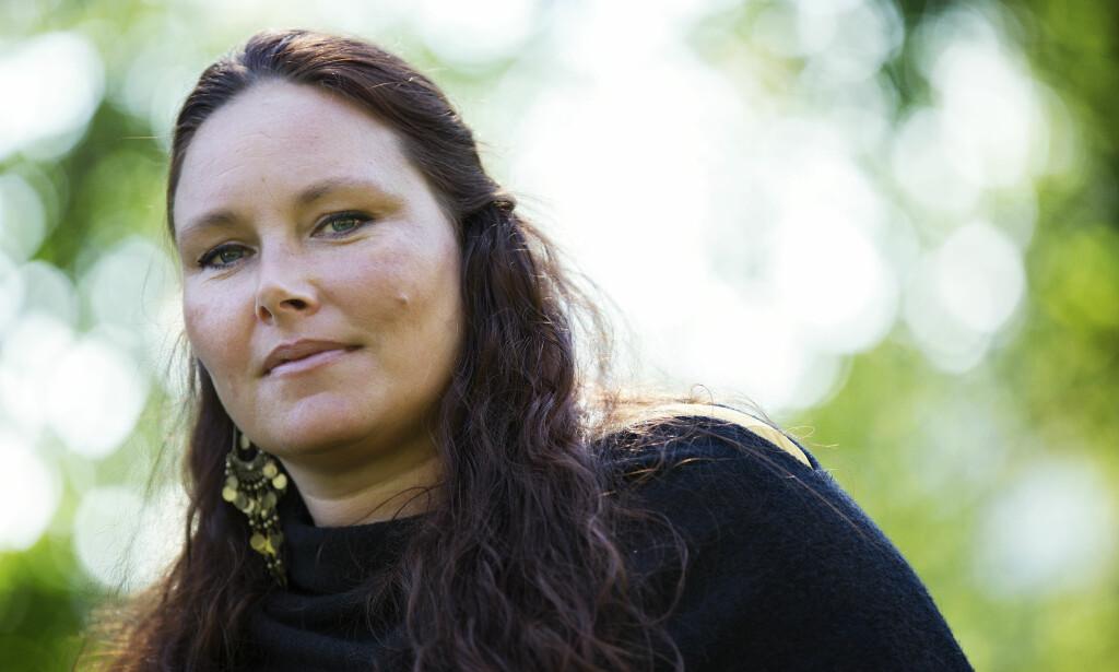 """ÅPEN: - Ved å sette ord på &nbsp;<span style=""""background-color: initial;"""">min egen historie, setter jeg&nbsp;</span><span style=""""background-color: initial;"""">kanskje ord på noe andre vil&nbsp;</span><span style=""""background-color: initial;"""">kjenne seg igjen i, sier Katrine Olsen Gillerdalen, mammaen til Odin, som valgte å sitt eget liv i 2014, som følge av mobbing. Foto: Ellen Jarli og privat</span>"""