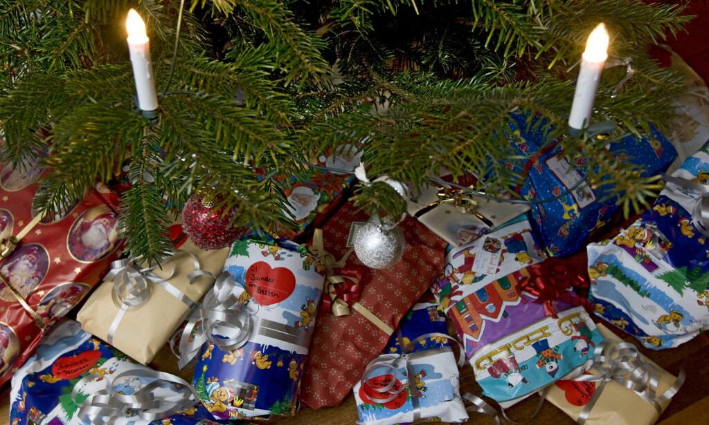 HVA SKJULER PAKKENE?: Etter at julegavene er pakket opp, er det gjerne noe man får dobbelt av, hadde fra før, eller ikke hadde lyst på i det hele tatt. Allerede 3. juledag begynner byttesesongen. Foto: Bjørn Sigurdsøn / SCANPIX