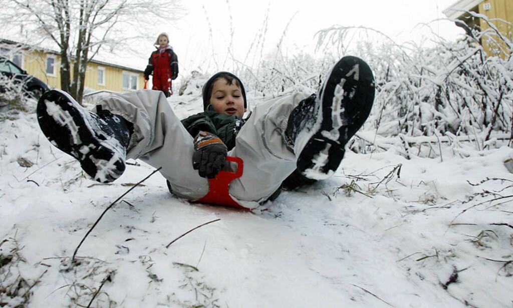 LITT VINTER:  Snøklare barn på Oppsal i Oslo fikk en liten smak av vinter før helgen - i ettermiddag kommer mer. Foto: Scanpix.