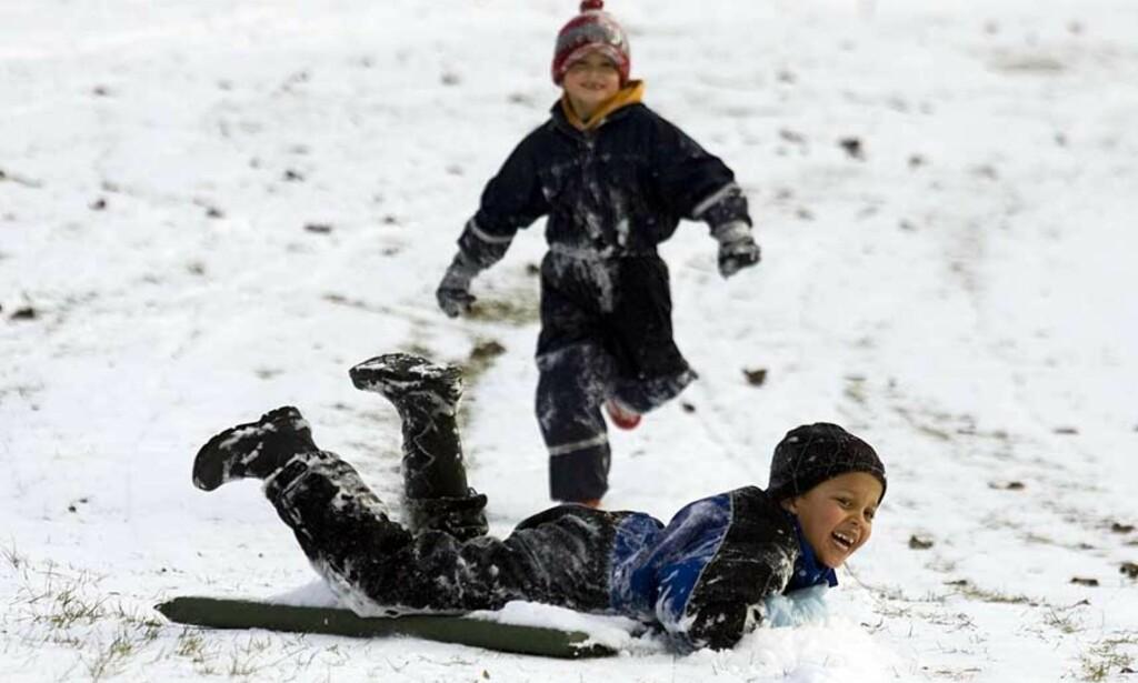 ENDELIG: Oslo-barn lekte seg i januar-snøen i går. Nå snør det enda mer, både i øst og vest. Foto: SCANPIX
