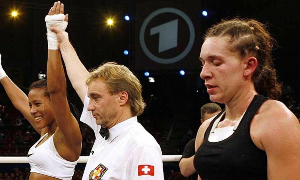FLOTT DEBUT: Cecilia Brækhus (t.v.) vant i går proffdebuten mot kroatiske Ksenija Koprek. I dag tok Don King kontakt. Foto: SIGGI BUCHER/REUTERS/SCANPIX