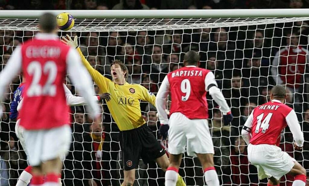 AVGJØRELSEN: Thierry Henry header inn vinnermålet bak en sjanseløs Edwin van der Sar ter minutter på overtid. Foto: AP/Scanpix