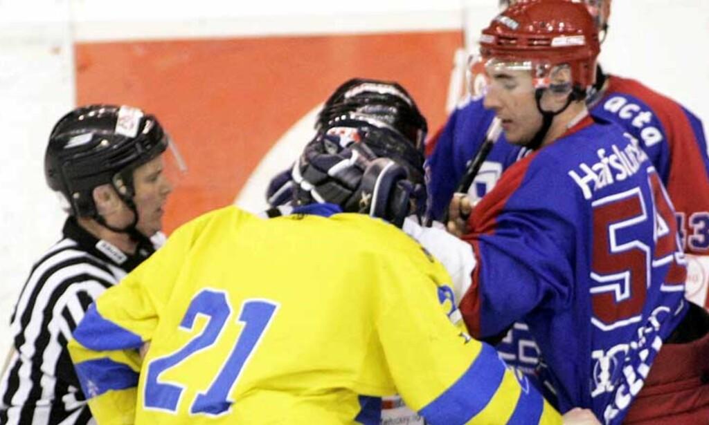 NEVEKAMP: Storhamars Steffen Thoresen og Vålerengas Regan Kelly skilles av dommerne. Foto: Scanpix