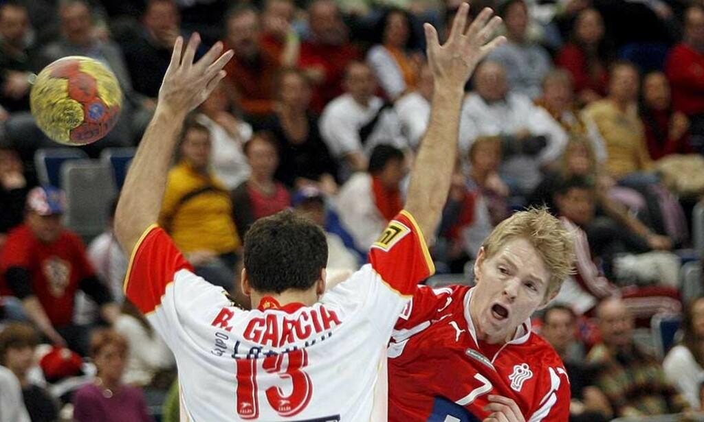 I SKUDDET: Jesper Jensen og de andre danske drengene har virkelig fått opp dampen. I kveld slo de sterke Spania i A-sluttspillet i VM. Foto: ULI DECK/EPA/SCANPIX