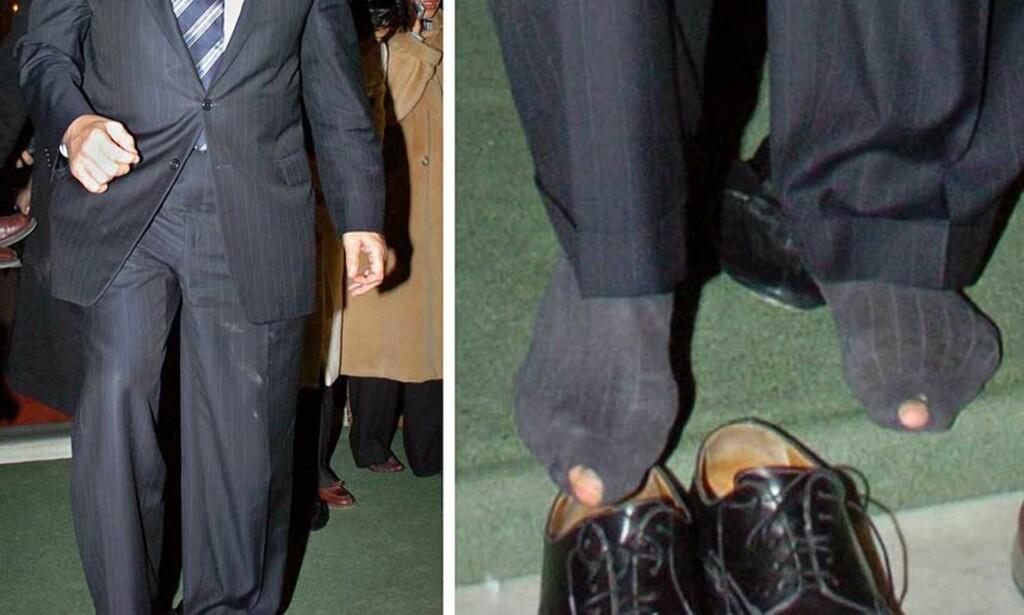 I SOKKELESTEN: Verdensbanksjef Paul Wolfowitz måtte av med skoene under besøket i moskeen. Det stoppet ikke der. Foto: Nadir Alp / AP