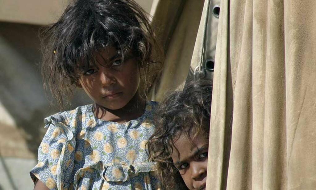 UTEN VANN OG STRØM: Store deler av Iraks befolkning har ikke tilgang til livsnødvendig infrastruktur som strøm og vann. Her er to barn avbildet i flyktningeleiren Diwaniya, som ligger 180 km sør for Bagdad. Foto: Scanpix
