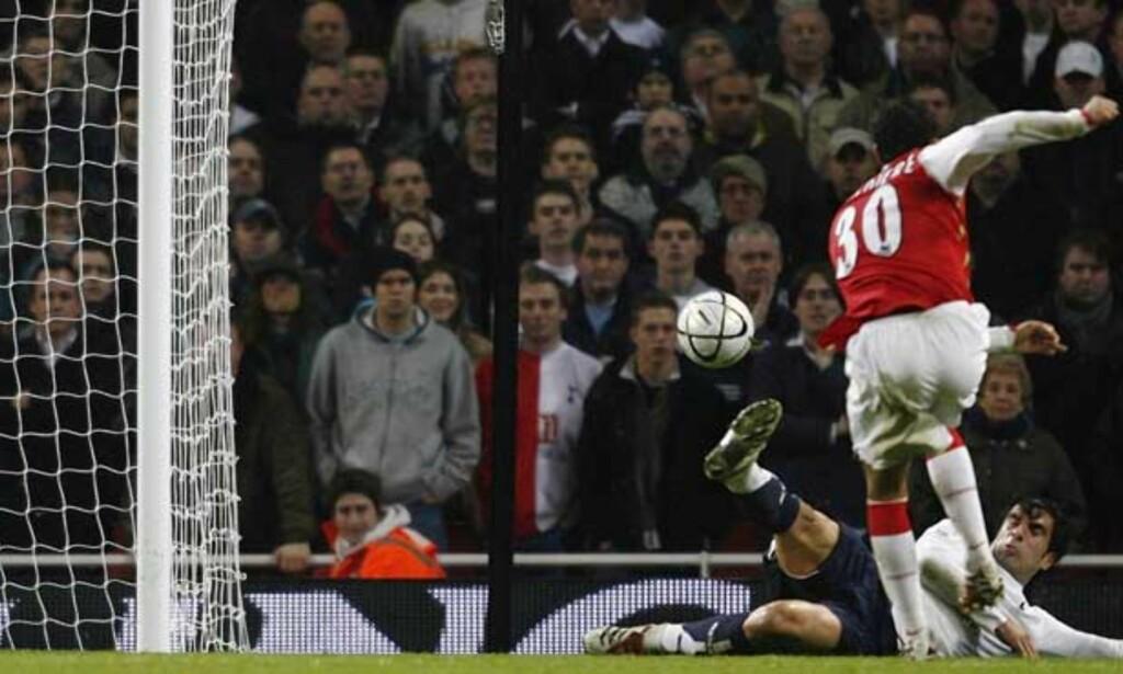 SCORET I EKSTRAOMGANGENE: Jeremie Aliadiere sendte Gunners i ledelsen igjen i første ekstraomgang. Arsenal vant til slutt 3-1. Foto: REUTERS